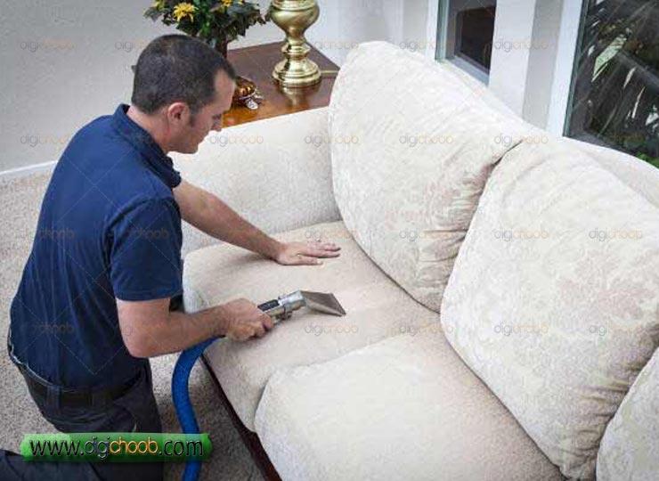 می دونستید می تونید عمر مفید مبلتون رو ببرید بالا  جارو برقی کشیدن روی مبل راحتی و تمیز کردن آن