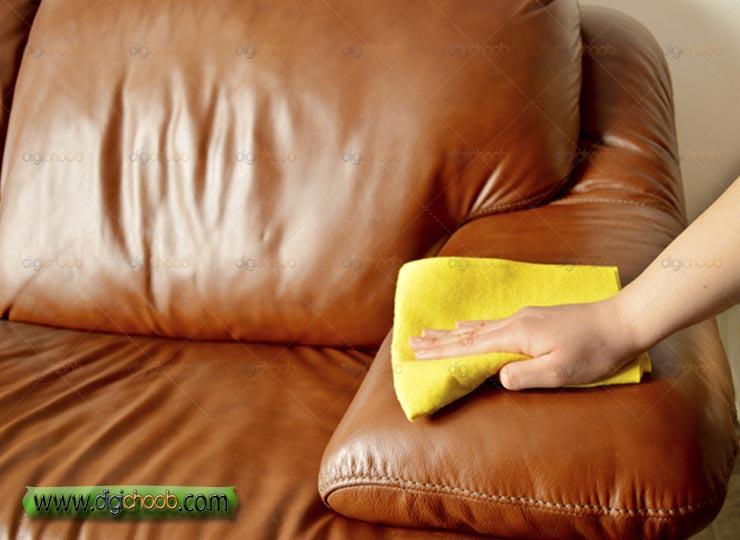 می دونستید می تونید عمر مفید مبلتون رو ببرید بالا دستمال کشیدن روی مبل راحتی چرمی